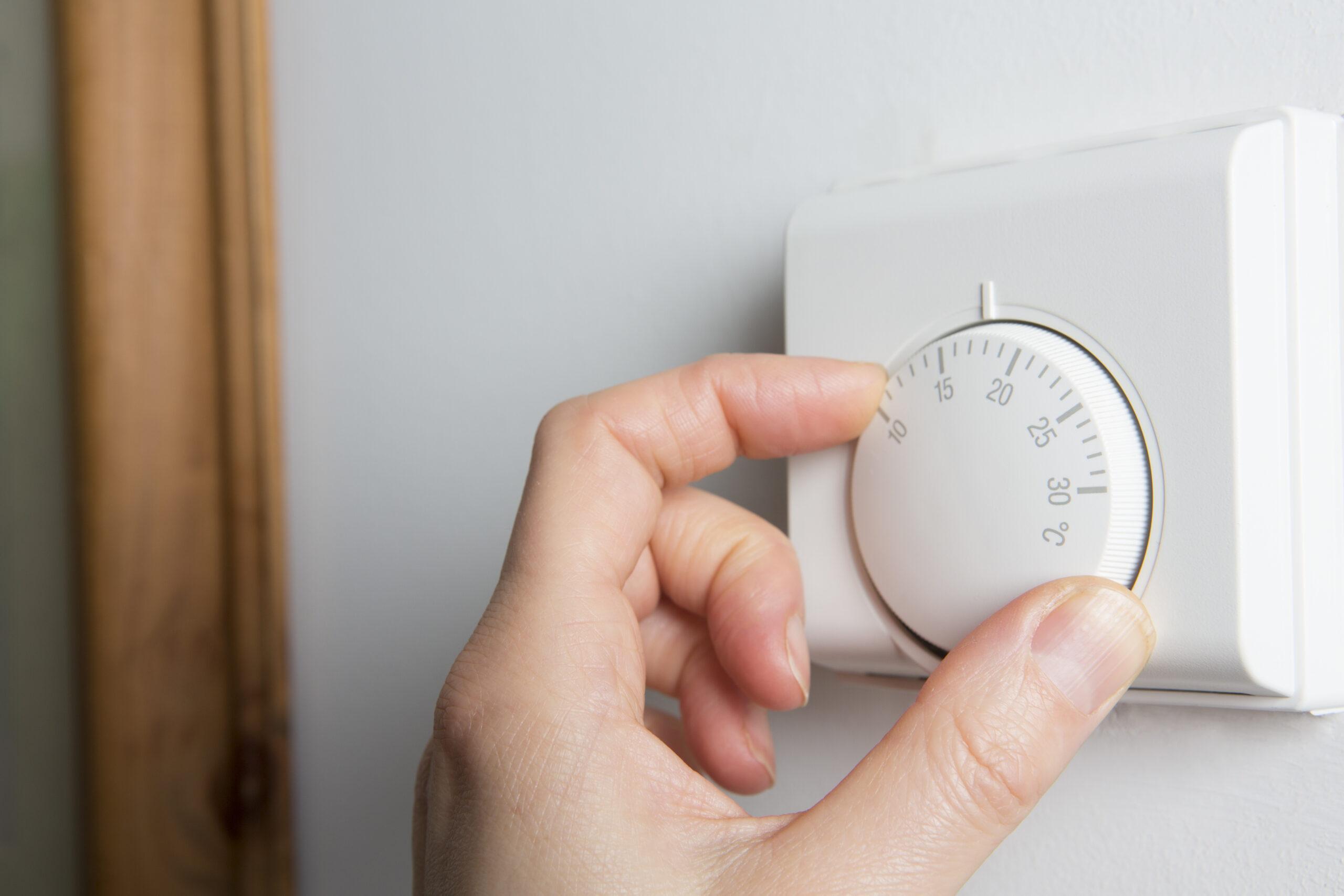 thermostat adjusting